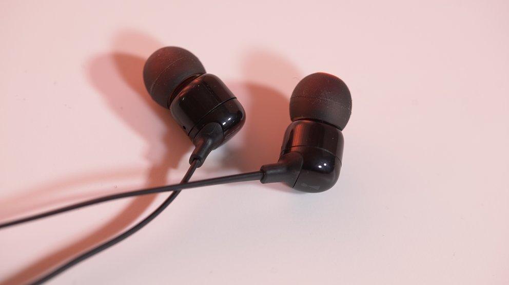 Die kompakten Gehäuse des JBL T110BT stehen nicht auffällig aus den Ohren ab, wie das bei manchen Wettbewerbern der Fall ist