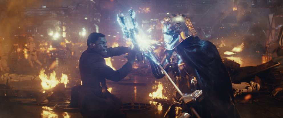 """John Boyega (Finn) und Gwendoline Christie (Captain Phasma) in """"Star Wars: Die letzten Jedi"""" (Quelle: Walt Disney)"""