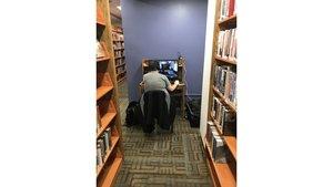 Wenn ein Typ seinen Gaming-PC einfach in die Bibliothek schleppt...