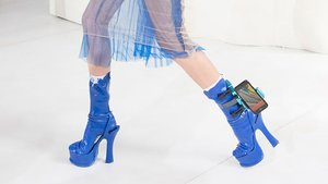 Verrückt: Modedesigner entwirft Smartphone-Halter für den Knöchel