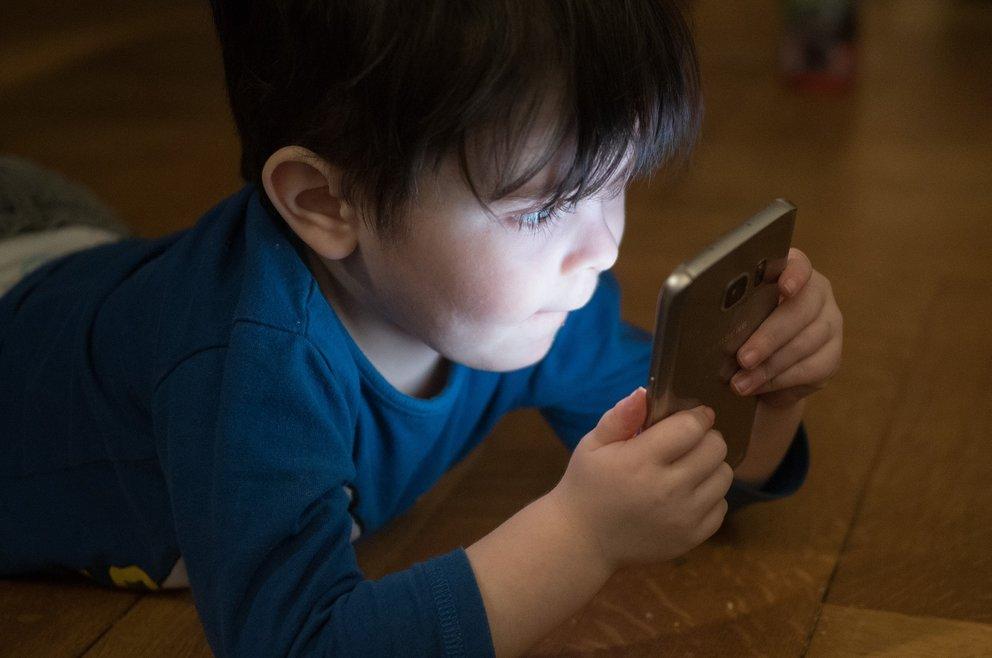 Dürfen Kinder Smartphones besitzen? Gerichtsurteil schafft endlich Klarheit