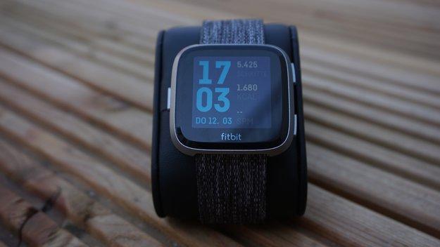 Fitbit Versa 2: Nachfolger könnte größte Schwäche der Smartwatch beheben
