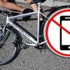 E-Bike- und Radfahrer mit Handy in der Hand: Holt euch gefälligst eine Halterung, ihr...