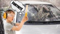 Junge schlägt die Fensterscheibe des Familienautos ein, um Fortnite zu spielen
