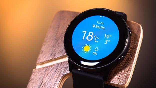 Samsung Galaxy Watch Active im Preisverfall: Saturn legt Smartwatch induktive Powerbank kostenlos bei