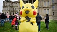 Pokémon mit Waffe bei Lockdown-Demo – das hat Pikachu nicht verdient