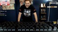 StarCraft: Groß, größer am größten. Streamer spielt mit einer Tastatur so groß wie ein Tisch