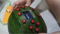 Spieler schockt Passanten mit seinem Wassermelonen-Game Boy
