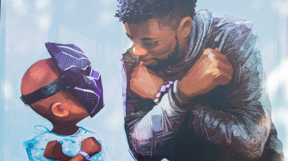 Concept Artist Nikkolas Smith ehrt Chadwick Boseman mit einem Memorial an der Shopping-Mall in Disneyland.