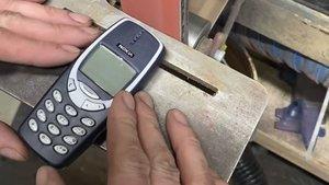 Unzerstörbares Nokia 3310: Kann das Handy gegen eine Schleifmaschine gewinnen?