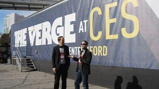 Guten Morgen aus Las Vegas: Amir und Daniel zwischen den Containern von The Verge und engadget [CES 2012]
