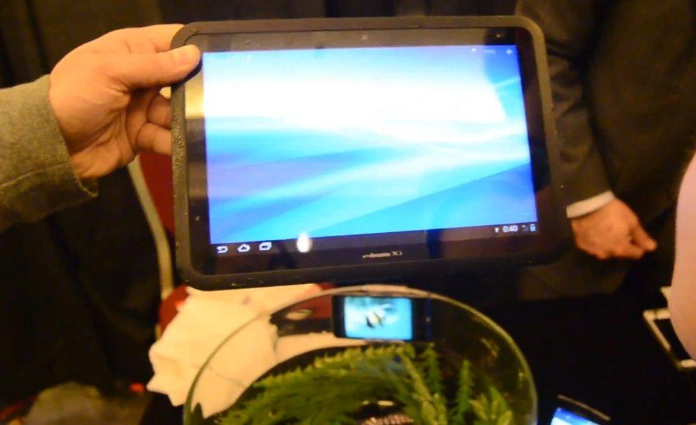 Fujitsu Arrows ES IS12F &amp&#x3B; Tab F-01D: Dive-in zu wasserdichtem Smartphone und Tablet [CES 2012]