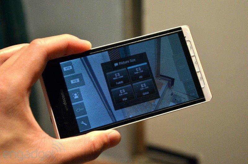 Sharp SH-01D: Kamera-Smartphone mit optischem Bildstabilisator