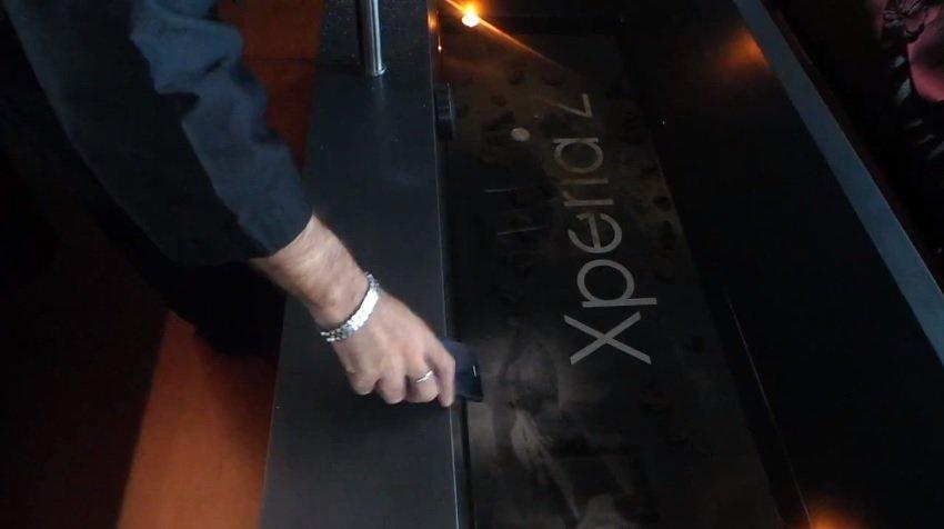 Sony Xperia Z im Härtetest: Stöße, Sand und Wasser