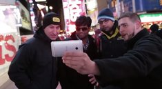 HTC promotet das One bei der Vorstellung des Galaxy S4