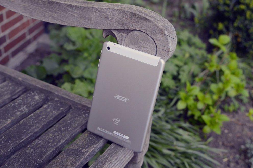 Acer Iconia Tab A1-830 Rückseite auf Bank